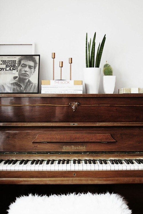 I like tha Bob Dylan picture on the piano. And the sheepskin! Source: Momo&Coco