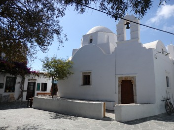 small precinct of a church where at night gathers all the people for raki