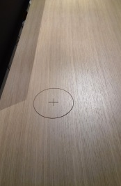 La palma - charching your phone spot. Just by putting it on the circle!