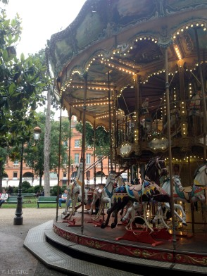 carousel: the cliche of french public space, but still so adorable!